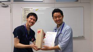 修了証を受け取る劉先生(左)と春田先生(右)