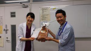 修了証を受け取る坂倉先生(左)と春田先生(右)