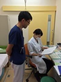 坂倉先生と外来カルテチェックをしています