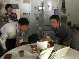 ケーキのろうそくを吹き消す前野先生と浜野先生