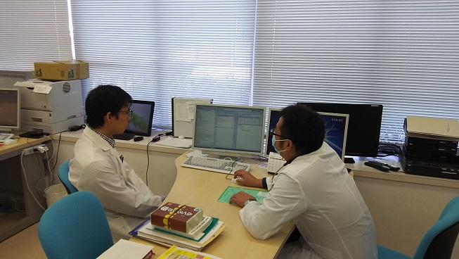 菊川家庭医療センターのプリセプター室。津田先生が初期研修の先生を指導していらっしゃる様子です。